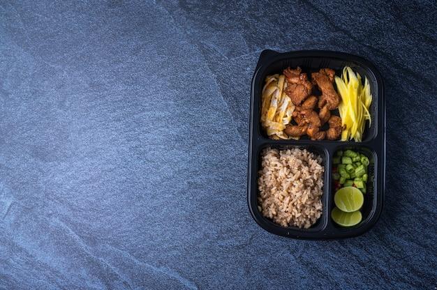 Nourriture en boîte fraîchement emballée pour les clients qui travaillent au bureau, nouveau mode de vie normal qui est pratique pour commander de la nourriture en ligne et utiliser les services de livraison, avec espace copie