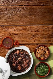 Nourriture brésilienne feijoada. vue de dessus avec espace copie