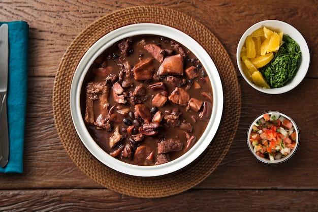 Nourriture brésilienne feijoada. vue de dessus.