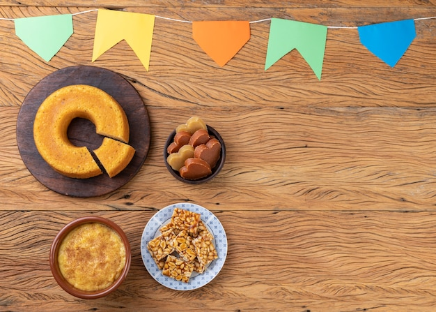 Nourriture brésilienne typique du festival de juin. festa junina avec espace de copie.