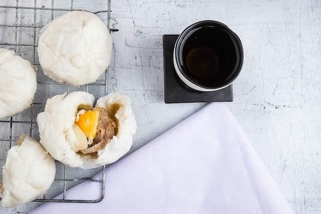 Nourriture chinoise pains à la vapeur avec ventre de porc