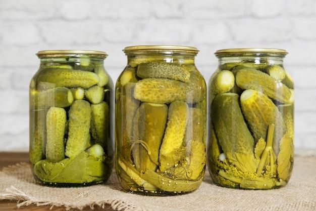 Nourriture en conserve faite maison. collations marinées pour l'hiver. concombres marinés aux herbes et épices dans des bocaux en verre.
