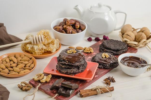 Nourriture crue végétarienne saine noix-banane brownie au chocolat pâtisserie sur fond blanc.