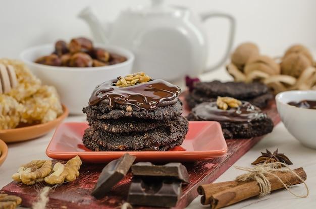 Nourriture crue végétarienne saine noix-banane brownie au chocolat pâtisserie