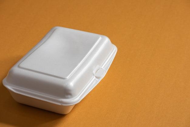 Nourriture dans une boîte en mousse