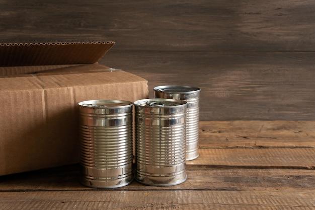 Nourriture dans un emballage sur un concept de stock alimentaire de fond en bois
