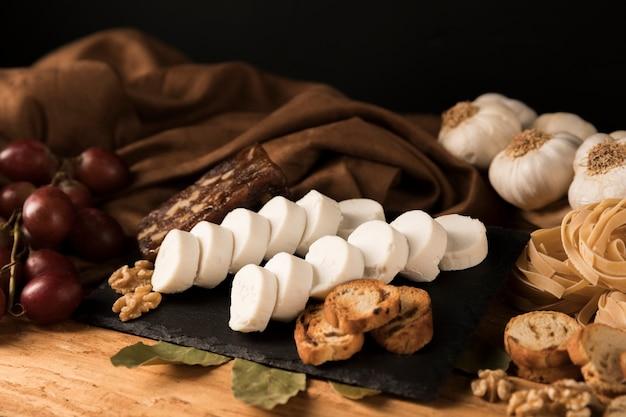 Nourriture délicieuse sur pierre d'ardoise noire
