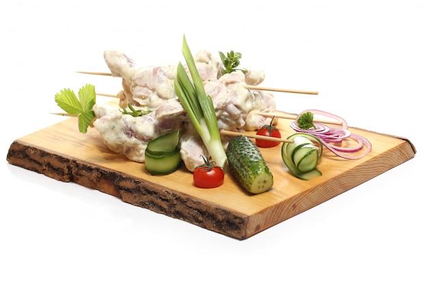 Nourriture délicieuse sur une planche de bois