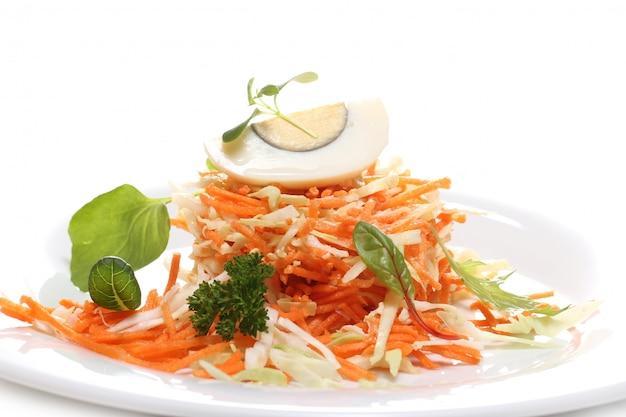 Nourriture délicieuse sur une plaque blanche