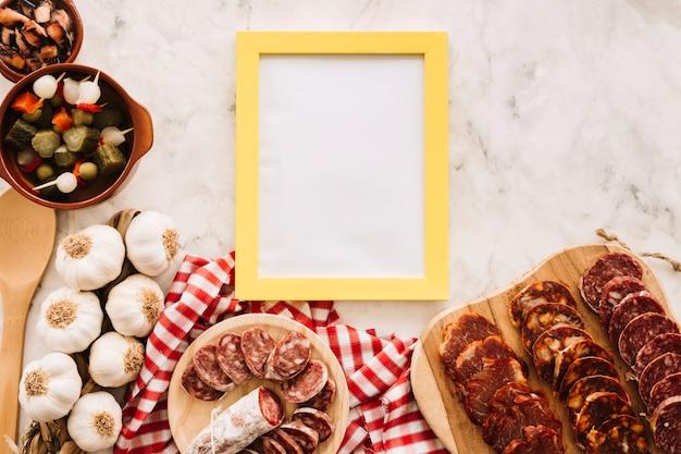 Nourriture délicieuse près cadre sur table de marbre