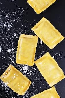 Nourriture. délicieuses pâtes faites à la main sur la table
