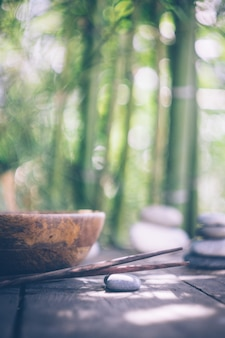 Nourriture de désintoxication avec bol en bois vide et baguettes en bois