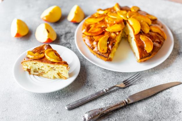 Nourriture, dessert, pâtisseries, tarte. savoureuse belle tarte aux pommes sur un fond de béton