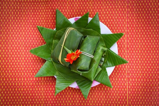 Nourriture et dessert thaï enveloppé dans une feuille de bananier sur plaque