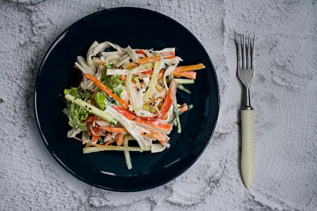 Nourriture diététique, salade de légumes frais avec une imitation de bâtonnet de crabe