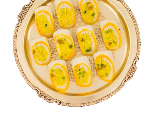 Nourriture douce indienne barfi sur fond blanc