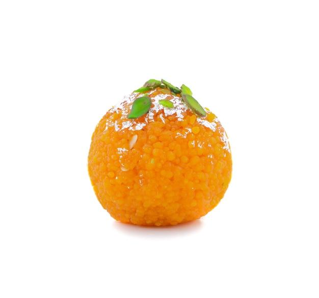 Nourriture douce indienne motichoor laddu ou bundi laddu sur fond blanc
