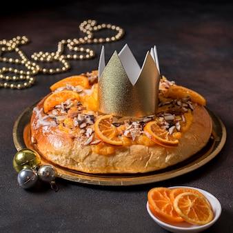 Nourriture du jour de l'épiphanie à angle élevé avec couronne d'or