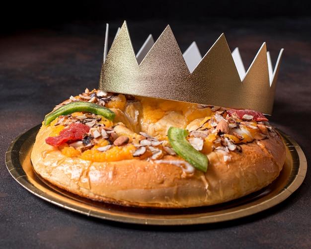 Nourriture du jour de l'épiphanie avec couronne d'or