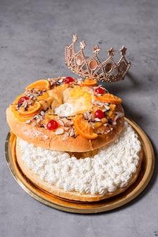 Nourriture du jour de l'épiphanie à grand angle avec une couronne