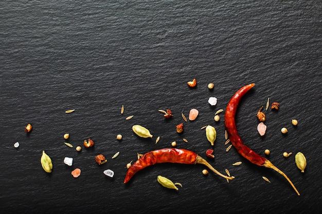 Nourriture épicée fond rouge séché chili