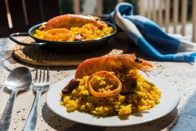 Nourriture espagnole typique de paella à l'arrière-plan de granit