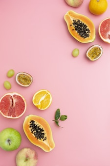 Nourriture d'été avec cadre de fruits frais, espace copie. fond rose.