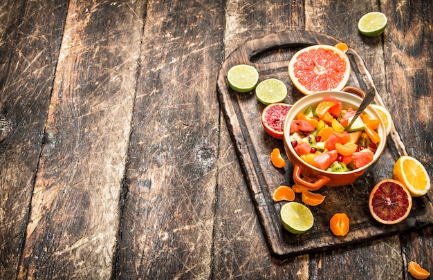 Nourriture d'été. salade de fruits dans un bol. sur fond de bois.