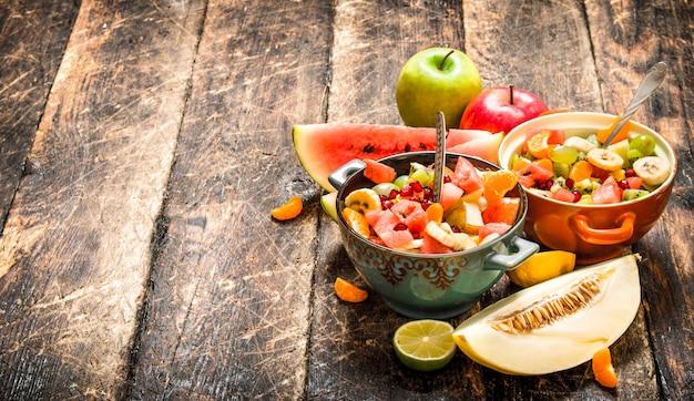 Nourriture d'été. salade de fruits tropicaux. sur fond de bois.