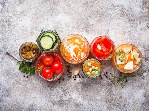 Nourriture fermentée. conserves de légumes en pots