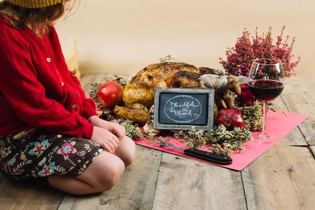 Nourriture et fille de thanksgiving