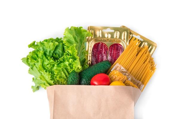 La nourriture fraîche dans un sac kraft est isolée sur un bureau blanc. vue latérale, concept d'achat de produit.