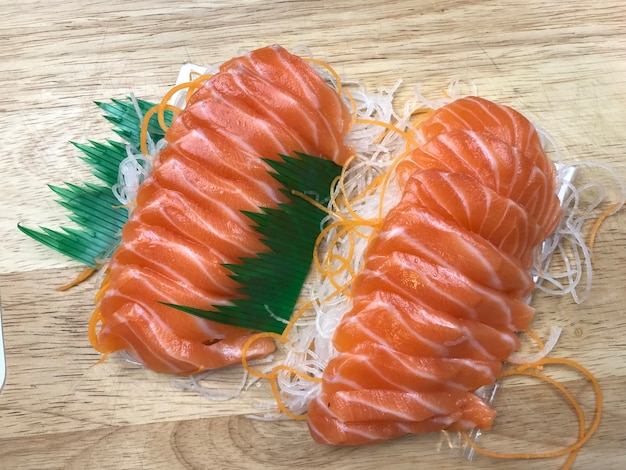 Nourriture fraîche japonaise, tranche de saumon frais sur hachoir en bois