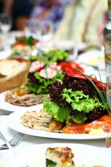 Nourriture fraîche et savoureuse sur table