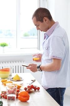 Nourriture. homme magnifique en cuisine
