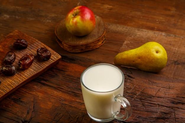 Nourriture d'iftar pour les dates, les fruits et l'ayran sacrés du ramadan