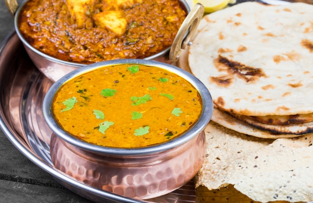 Nourriture indienne thali dal makhani sur fond en bois