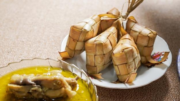 Nourriture indonésienne opor et ketupat pour idul fitri