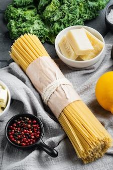 Nourriture italienne. ensemble de légumes, huile d'olive, herbes et pâtes, sur fond gris