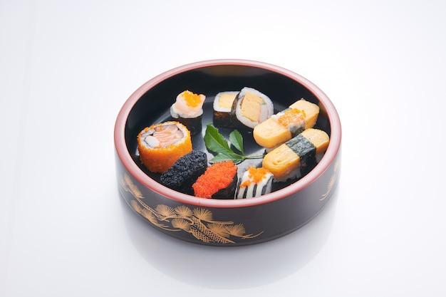 Nourriture japonaise. sushi aux fruits de mer sur fond blanc