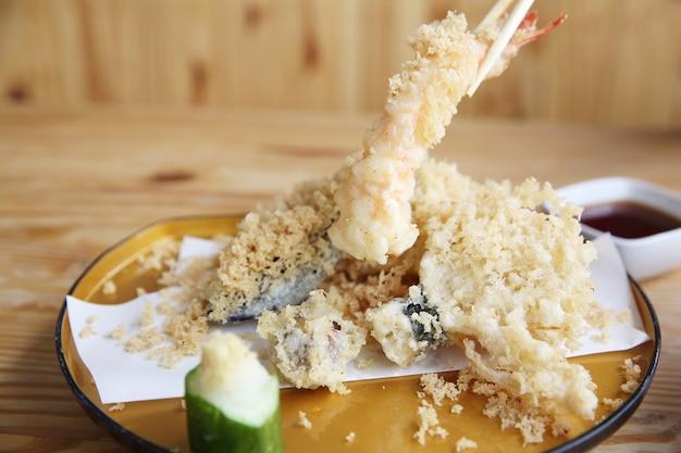 Nourriture japonaise de tempura sur le fond en bois