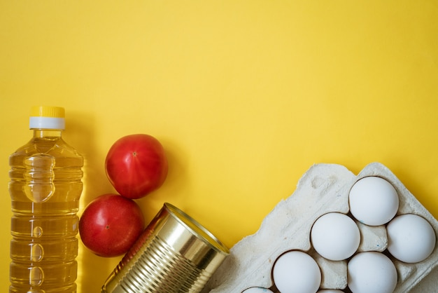 Nourriture sur un jaune, œufs de légumes et huile