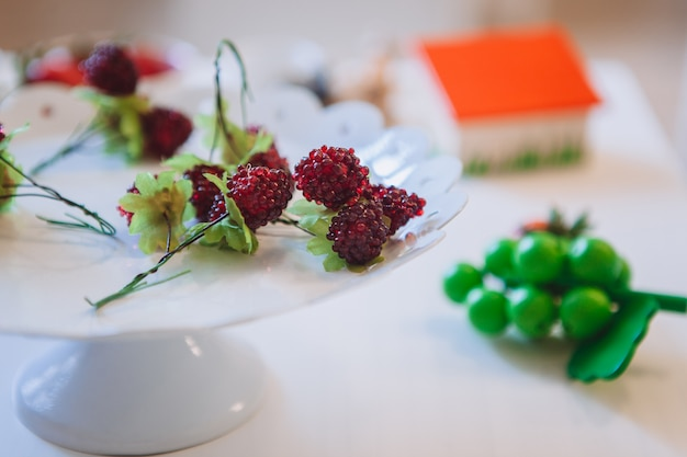 Nourriture jouet en plastique sur la table