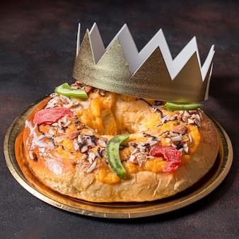 Nourriture de jour de l'épiphanie avec couronne d'or close up