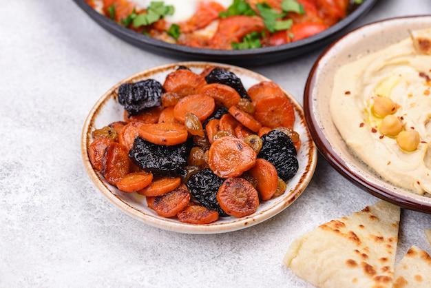 Nourriture juive traditionnelle de tsimes de la carotte