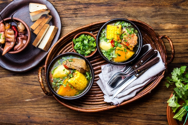 Nourriture latino-américaine. soupe de porc chilienne traditionnelle cazuela. cazuela chilena