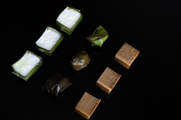 Nourriture malaisienne. gelée de chocolat, kuih koci et kuih tepung pelita.