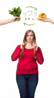 Nourriture malsaine et saine. le concept de régime et de mode de vie sain pour la grosse femme