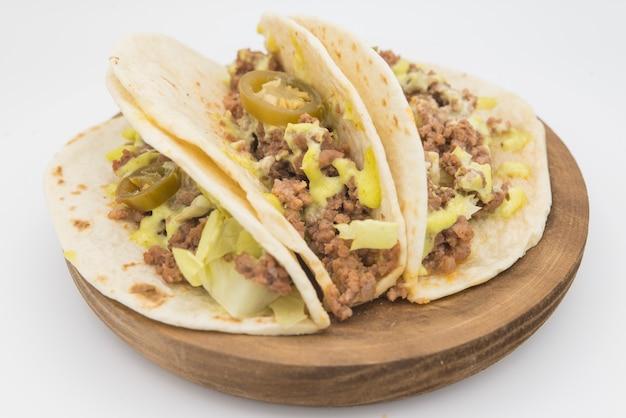 Nourriture mexicaine dans des assiettes écologiques