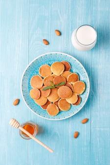 Nourriture à la mode - mini-crêpe aux céréales. tas de crêpes aux céréales avec des baies et des noix.
